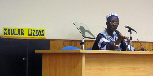 Moussa Sene Absa batxilergoko ikasleekin
