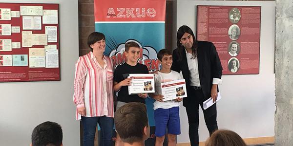 En la imagen Telmo (izquierda) y Gorka (derecha) recogen su premio
