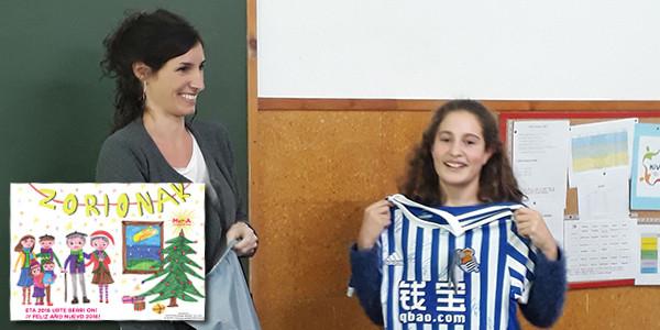 Fotografía de Ane recibiendo su premio